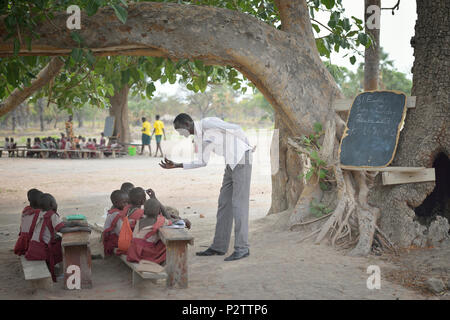 A class under a tree at the Loreto Primary School in Rumbek, South Sudan. - Stock Photo