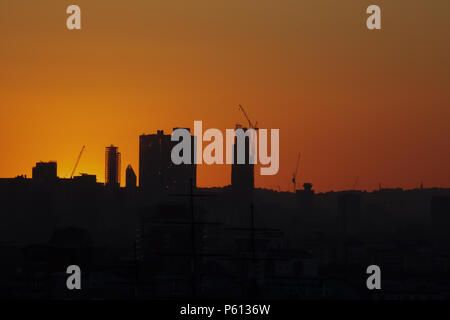 Greenwich Park, UK. 27th June 2018. UK Weather: Glorious Sunset over Greenwich London during the current heatwave which is set to continue into next week. Temperatures have reached over 30C over the last couple of days in the South East of England. Credit: Keith Larby/Alamy Live News - Stock Photo
