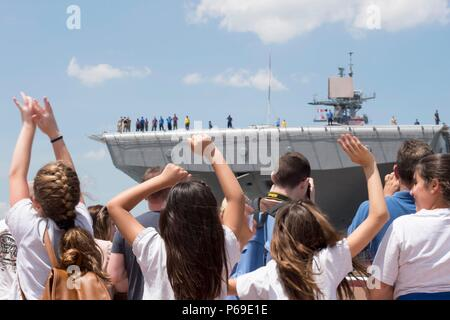 160531-N-SX684-068 NEW YORK (May 31, 2016) A group of children wave to bid farewell to USS Bataan (LHD 5) as the ship departs Manhattan signaling the completion of 2016 Fleet Week New York (FWNY), May 31. More than 4,500 Sailors, Marines and Coast Guardsmen descended upon the city for the weeklong event. FWNY, now in its 28th year, is the city's time-honored celebration of the sea services. It is an unparalleled opportunity for the citizens of New York and the surrounding tri-state area to meet Sailors, Marines and Coast Guardsmen, as well as witness firsthand the latest capabilities of today' - Stock Photo