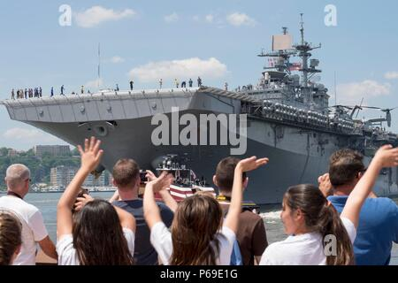 160531-N-SX684-076 NEW YORK (May 31, 2016) A crowd gathers to bid farewell to USS Bataan (LHD 5) as the ship departs Manhattan signaling the completion of 2016 Fleet Week New York (FWNY), May 31. More than 4,500 Sailors, Marines and Coast Guardsmen descended upon the city for the weeklong event. FWNY, now in its 28th year, is the city's time-honored celebration of the sea services. It is an unparalleled opportunity for the citizens of New York and the surrounding tri-state area to meet Sailors, Marines and Coast Guardsmen, as well as witness firsthand the latest capabilities of today's maritim - Stock Photo