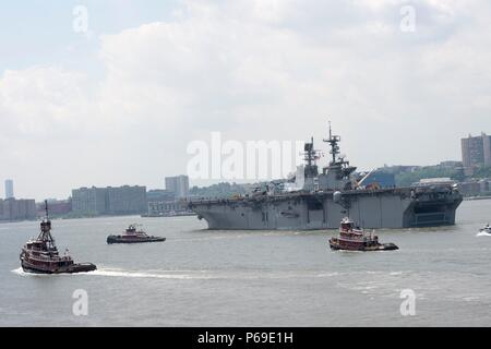 160531-N-SX684-092 NEW YORK (May 31, 2016) USS Bataan (LHD 5) departs Manhattan signaling the completion of 2016 Fleet Week New York (FWNY), May 31. More than 4,500 Sailors, Marines and Coast Guardsmen descended upon the city for the weeklong event. FWNY, now in its 28th year, is the city's time-honored celebration of the sea services. It is an unparalleled opportunity for the citizens of New York and the surrounding tri-state area to meet Sailors, Marines and Coast Guardsmen, as well as witness firsthand the latest capabilities of today's maritime services. The weeklong celebration has been h - Stock Photo