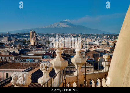 Dachfiguren, Chiesa della Badia di Sant'Agata, Etna, Catania, Sizilien, Italien - Stock Photo