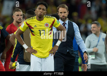 Moscow, Russland. 04th July, 2018. Gareth SOUTHGATE (re., Coach, ENG) walks to Johan MOJICA (COL), frustrated, frustrated, late night, disappointed, showered, decapitation, disappointment, sad, half figure, half figure, Colombia (COL) - England (ENG) 3: 4 iE, round of 16, game 56, on 03.07.2018 in Moscow; Football World Cup 2018 in Russia from 14.06. - 15.07.2018.   usage worldwide Credit: dpa/Alamy Live News - Stock Photo
