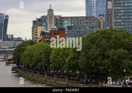 London, UK. 10th July 2018. Members of the public watch the Royal Air Force's 100th Anniversary Flypast from London's Southbank. Credit: James Hancock/Alamy Live News - Stock Photo