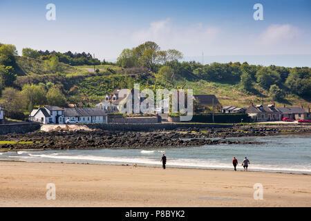 UK, Northern Ireland, Co Antrim, Islandmagee, Browns Bay, visitors walking on the beach - Stock Photo
