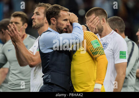 Gareth SOUTHGATE (left, coach, ENG) troestes goalie Jordan PICKFORD (ENG), comfort, consolation, frustrated, frustrated, late, disappointed, disappointed, disappointment, disappointment, sad, half figure, half figure, gesture, gesture, Croatia (CRO) - England (ENG) 2: 1, semi-finals, match 62, on 11.07.2018 in Moscow; Football World Cup 2018 in Russia from 14.06. - 15.07.2018.   Usage worldwide - Stock Photo