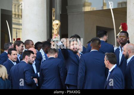 Paris, France. 16th July 2018. French footballer Olivier Giroud holds the World Cup trophy at the presidential Elysee palace in the wake of France's World Cup victory. Olivier Giroud avec la Coupe du Monde sur le perron de l'Elysee. *** FRANCE OUT / NO SALES TO FRENCH MEDIA *** Credit: Idealink Photography/Alamy Live News - Stock Photo