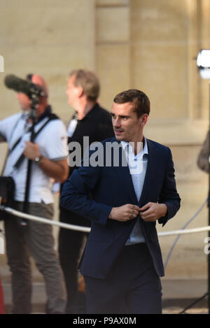 Paris, France. 16th July 2018. French footballer Antoine Griezmann arrives at the presidential Elysee palace in the wake of France's World Cup victory. Antoine Griezmann arrive a l'Elysee apres la victoire de l'Žquipe de France en Coupe du Monde. *** FRANCE OUT / NO SALES TO FRENCH MEDIA *** Credit: Idealink Photography/Alamy Live News - Stock Photo