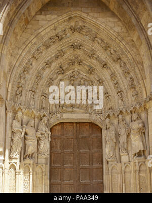 Spain, Castile and Leon, Leon. Santa Maria de Leon Cathedral. Gothic style. 13th century. Its design is attributed to the Master Enrique. Western facade. Right-hand Gate of San Francis (San Francisco), decorated with figures of prophets and the Coronation of the Virgin. - Stock Photo