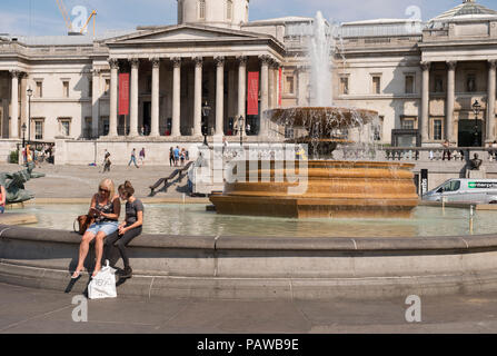 Trafalgar Square, London, UK. 25 July, 20-18. After a hot night, London wakes up to more hot and humid weather with very high temperatures forecast for Thursday and outside chance of first rain in 6 weeks on Friday. Credit: Malcolm Park/Alamy Live News. - Stock Photo