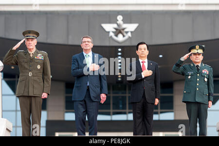 U.S. Marine Corps Gen. Joseph F. Dunford Jr., chairman of the Joint Chiefs of Staff, delivers a hand salute alongside U.S. Secretary of Defense Ash Carter, Republic of Korea Minister of Defense Minkoo Han and Republic of Korea chairman of the Joint Chiefs of Staff Army Gen. Lee Soon-Jin, during an honor guard ceremony at the Joint Chiefs of Staff headquarters in Daejeon, Republic of Korea, Nov. 2, 2015. (DoD photo by Navy Petty Officer 2nd Class Dominique A. Pineiro) - Stock Photo