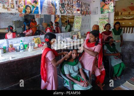 INDIA, New Delhi, Balika Ashram for former child labourer , vocational training for girls in beauty parlour  / INDIEN, Neu Delhi , Balika Ashram der NGO BBA / SACCS für ehemalige Kinderarbeiter , Friseur und Kosmetik Ausbildung , Haar styling - Stock Photo