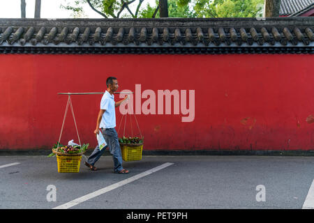 Life in Chengdu, Sichuan, the largest city in south west China. - Stock Photo
