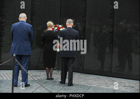 Washington, United States Of America. 01st Sep, 2018. General John Kelly, White House Chief of Staff, U.S. Secretary of Defense James Mattis, and Cindy McCain, wife of late Senator John McCain, lay a ceremonial wreath honoring all whose lives were lost during the Vietnam War at the Vietnam Veterans Memorial in Washington, U.S., September 1, 2018. Credit: Mary F. Calvert/Pool via CNP | usage worldwide Credit: dpa/Alamy Live News - Stock Photo