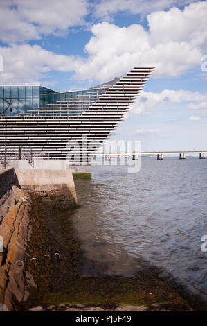 V&A Victoria and Albert Museum of Design. Situated on the north bank of Firth of Tay . Dundee is the fourth-largest city in Scotland , and the first U - Stock Photo
