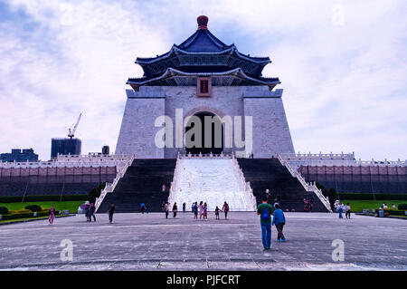 March 31, 2018. Taipei, Taiwan.  Tourists visiting liberty square in front of the chiang kai-shek memorial hall in the city of Taipei, Taiwan. - Stock Photo