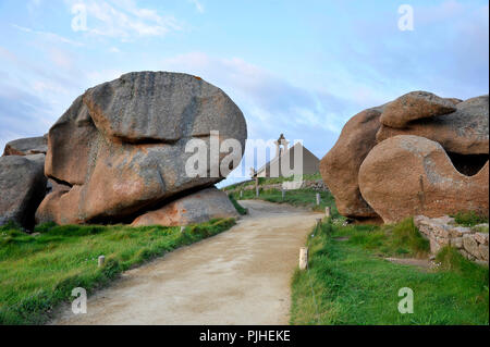 France, Brittany, Cotes-d'Armor department, Ploumanach rocks on the Pink Granite Coast in Perros-Guirec. - Stock Photo
