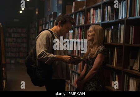 GONE GIRL (2014) Nick (Ben Affleck) and Amy (Rosamund Pike) have a memorable date. - Stock Photo