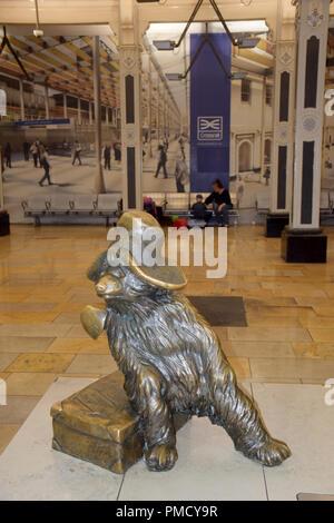 Paddington Bear statue, Paddington Station, London - Stock Photo