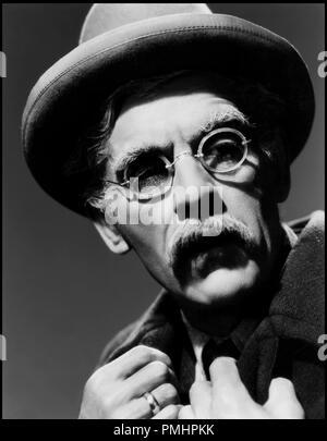 Prod DB © Universal Pictures / DR ALERTE LA NUIT (NIGHT KEY) de Lloyd Corrigan 1937 USA avec Boris Karloff portrait, vieillard, lunettes rondes code universal 785 - Stock Photo