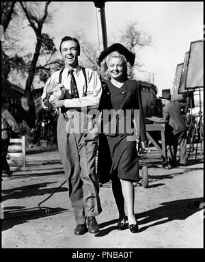 Prod DB © Universal Pictures / DR FOLLOW THE BAND (FOLLOW THE BAND) de Jean Yarbrough 1943 USA avec Skinnay Ennis et Mary Beth Hughes pendant le tournage poulet, couple code Universal: 1298 - Stock Photo