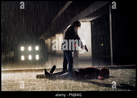 Prod DB © Henrik Saxgren - Thura Film / DR JUST ANOTHER LOVE STORY (KAERLIGHED PA FILM) de Ole Bornedal 2007 DAN. avec Thomas Chaanhing tueur, execution, assassin, braquer, pistolet, pluie, averse - Stock Photo