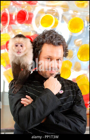 Prod DB © Universal Pictures - Wild Bunch / DR SOUTHLAND TALES de Richard Kelly 2006 USA avec Curtis Armstrong singe apprivoisé, macaque - Stock Photo
