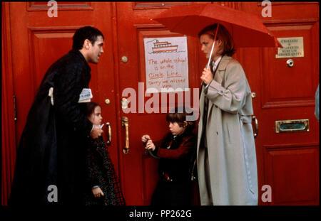 Prod DB © 20th Century Fox / DR UN BEAU JOUR (ONE FINE DAY) de Michael Hoffman 1996 USA avec George Clooney, Mae Whitman, Alex D. Linz et Michelle Pfeiffer  famille, enfants, parapluie, ecole fermee - Stock Photo