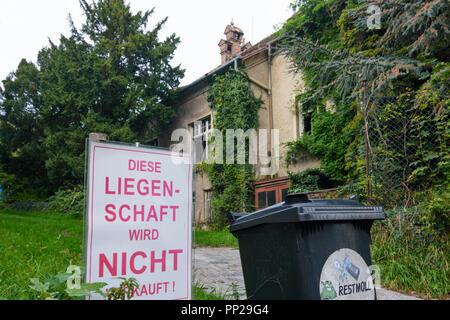 Wien, Vienna: sign 'Diese Liegenschaft wird nicht verkauft', run down house, Neustift am Walde, 19. Döbling, Wien, Austria - Stock Photo