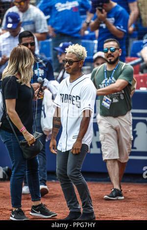 Kalimba canta el himno nacional. Acciones del partido de beisbol, Dodgers de Los Angeles contra Padres de San Diego, tercer juego de la Serie en Mexic - Stock Photo