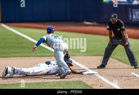 Cody Bellinger (35). Franchy Cordero (33) Acciones del partido de beisbol, Dodgers de Los Angeles contra Padres de San Diego, tercer juego de la Serie - Stock Photo