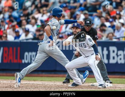 Cody Bellinger (i) . And Eric Hosmer. (d.). Acciones del partido de beisbol, Dodgers de Los Angeles contra Padres de San Diego, tercer juego de la Ser - Stock Photo