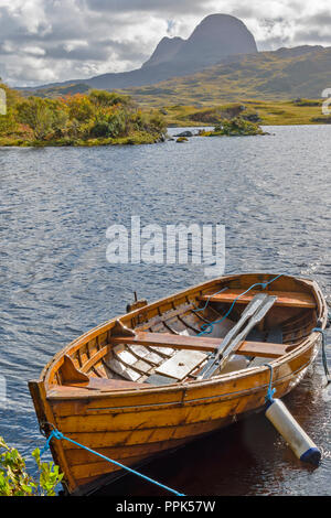 SUILVEN SUTHERLAND SCOTLAND  LOCH DRUIM SUARDALAIN WITH WOODEN FISHING BOAT - Stock Photo