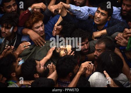 Pulwama, Kashmir, India. 27th Sep, 2018. Kashmiri people carry the body of slain rebel, Irfan Ahmad toward his home in Pulwama district of Indian-Administered-Kashmir on Thurday, September 27, 2018. Irfan Ahmad was killed in an encounter between rebels and Indian forces at Panzan Chadoora in Budgam district. Three rebels, two civilians and a police personnel were killed in two seperate gunfights and a search operation in Kashmir on Thursday. (Credit Image: © Sanna Irshad MattooZUMA Wire) - Stock Photo