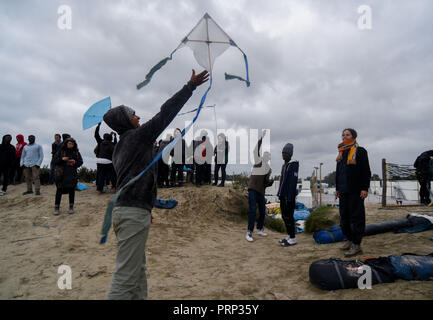 October 12, 2016 - Calais, France: Migrants play with kites in the Calais 'jungle' migrant camp. Scene de vie quotidienne dans la jungle de Calais, l'un des plus grands camps de migrants au monde. *** FRANCE OUT / NO SALES TO FRENCH MEDIA *** - Stock Photo