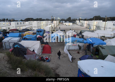 October 12, 2016 - Calais, France: Overview of the migrant camp nicknamed 'the jungle' on the edge of the northern French city of Calais. Most migrants living in this camp attempt to illegally enter the United Kingdom. Scene de vie quotidienne dans la jungle de Calais, l'un des plus grands camps de migrants au monde. *** FRANCE OUT / NO SALES TO FRENCH MEDIA *** - Stock Photo