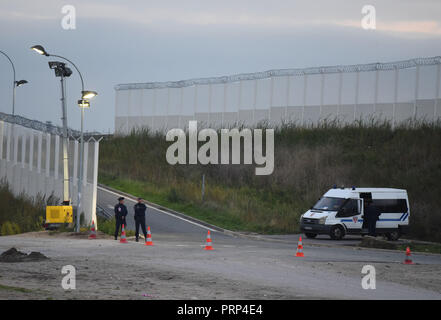 October 12, 2016 - Calais, France: French police secure the road leading the port near the Calais 'jungle' migrant camp. Most migrants living in this camp attempt to illegally enter the United Kingdom. Scene de vie quotidienne dans la jungle de Calais, l'un des plus grands camps de migrants au monde. *** FRANCE OUT / NO SALES TO FRENCH MEDIA *** - Stock Photo
