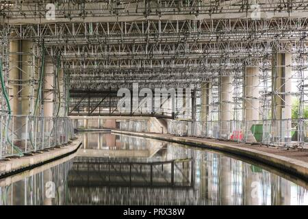 Oldbury, West Midlands, UK. 5th October, 2018. Scaffolding under the Oldbury Viaduct section of the M5 motorway. Highways England have said that essential repairs between junctions 1 and 2 will now not finish until spring 2019 due to the exceptional hot weather this summer. The news is not welcomed by motorists who have had to endure long delays due to lane closures and speed restrictions of 30mph on that stretch. The Oldbury Viaduct M5 carries 120,000 vehicles a day. Peter Lopeman/Alamy Live News - Stock Photo