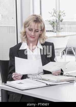 Frau Unterlagen Akten Angestellte Buero Chefin Bueroangestellte Business Dokumente Durchlesen Durchsehen Geschaeftsfrau Korrektur Lesen Pruefen Ueberp - Stock Photo