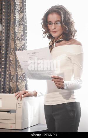 Buero Geschaeftsfrau Business Managerin Sekretaerin Angestellte Frau Lesen Brief Kopie Fax Telefax Kopierer Drucker Lifestyle Stimmung Positiv Freundl - Stock Photo