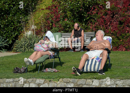 Southend on Sea, Essex, UK. 10th Oct, 2018. People lap up the warm Autumn sun at Southend on Sea Essex Credit: MARTIN DALTON/Alamy Live News - Stock Photo