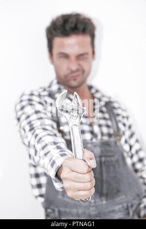 Personen Symbolfoto Mann Maenner Heimwerken Heimwerker Handwerker Handwerk Installateur Reparatur Schraubenschluessel Wirtschaft Arbeiter Blaumann Lat - Stock Photo