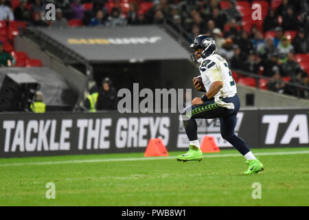 London, UK.  14 October 2018. Quarterback Russell Wilson (3) of Seattle in possession.  Seattle Seahawks at Oakland Raiders NFL game at Wembley Stadium, the first of the NFL London 2018 games. Final score Seahawks 27 Raiders 3.  Credit: Stephen Chung / Alamy Live News - Stock Photo