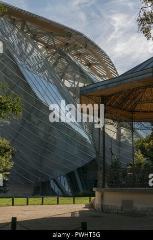 This sensational Frank Gehry building in the Bois de Boulogne, Paris, houses a complex of art galleries for the Fondation Louis Vuitton in France - Stock Photo