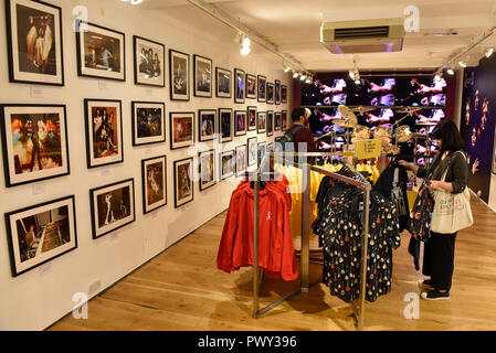 London, UK.  18 October 2018.  A Queen pop-up shop has opened in Carnaby Street.  Coinciding with the release next week of the movie 'Bohemian Rhapsody', the shop offers Queen music fans memorabilia, a display of stage costumes as well as archived Queen performance footage. Credit: Stephen Chung / Alamy Live News - Stock Photo