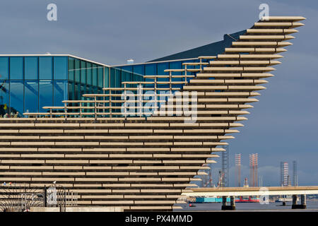 V & A MUSEUM OF DESIGN DUNDEE SCOTLAND THE PROW OF THE BUILDING OVERLOOKING THE TAY ROAD BRIDGE AND WATERFRONT - Stock Photo