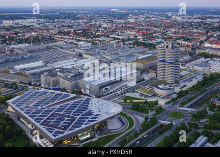 Blick auf die BMW-Welt und Hauptverwaltung 'BMW-Vierzylinder', München, Bayern, Deutschland, Europa, Look at the BMW Welt and Headquarters 'BMW four-c - Stock Photo