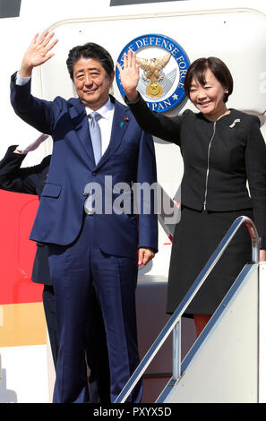 Tokyo, Japan. 25th Oct, 2018. Japanese Prime Minister Shinzo Abe (L) accompanied by his wife Akie waves to wellwishers as he leaves to Beijing at the Tokyo International Airport in Tokyo on Thursday, October 25, 2018. Abe will visit China for three days and will meet with President Xi Jinping and other leaders. Credit: Yoshio Tsunoda/AFLO/Alamy Live News - Stock Photo