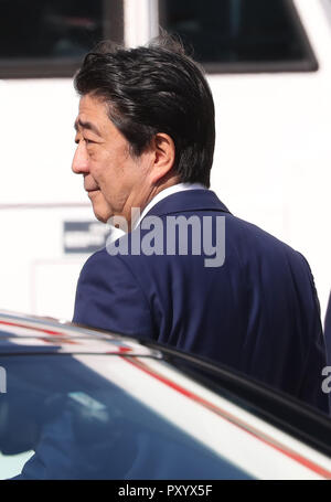 Tokyo, Japan. 25th Oct, 2018. Japanese Prime Minister Shinzo Abe arrives at the Tokyo International Airport as he leaves to Beijing with his wife Akie in Tokyo on Thursday, October 25, 2018. Abe will visit China for three days and will meet with President Xi Jinping and other leaders. Credit: Yoshio Tsunoda/AFLO/Alamy Live News - Stock Photo