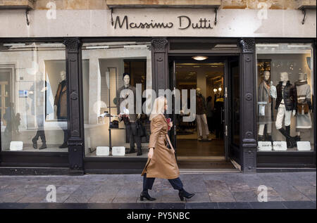Salamanca, Spain. 24th Oct, 2018. A pedestrian seen walking past a Spanish clothing manufacturing and brand Massimo Dutti in Salamanca. Credit: Miguel Candela/SOPA Images/ZUMA Wire/Alamy Live News - Stock Photo